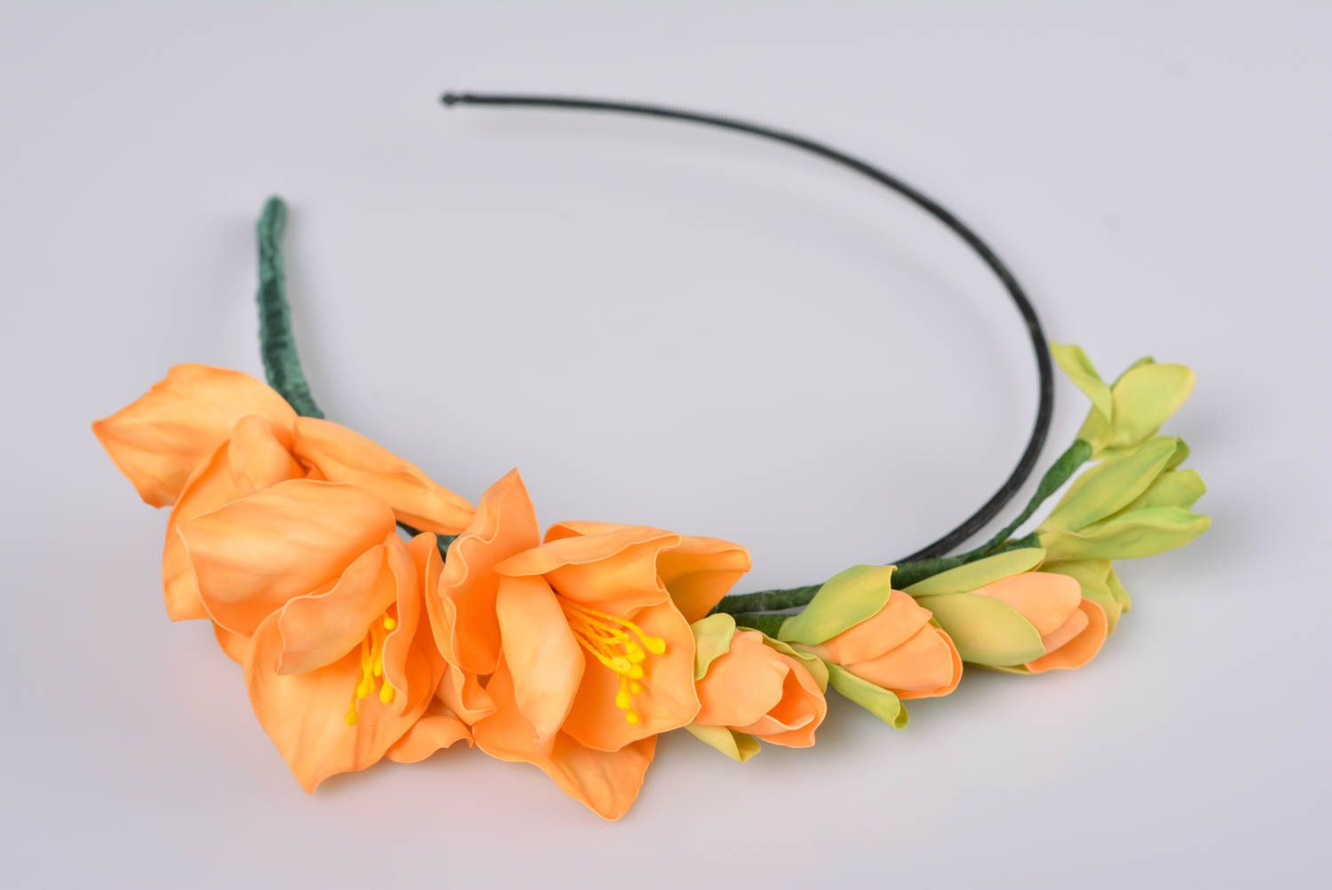 zdroj: https://madeheart.com/en/product/1404163674/Womens-beautiful-handmade-designer-headband-with-orange-foamiran-flowers.html